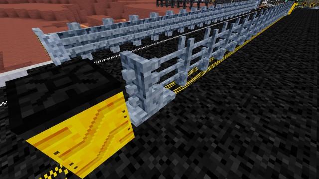 Bariery energochłonne i system kotwienia barierki linowej, a na pierwszym planie beczka Fitcha